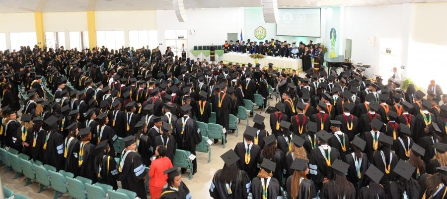 Imagen de estudiantes en la graduación UNAD. Universidad cristiana en bonao