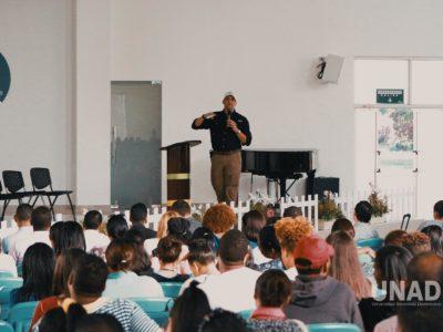 Estudiantes en auditorio UNAD